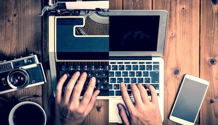 Halb Schreibmaschine halb Laptop